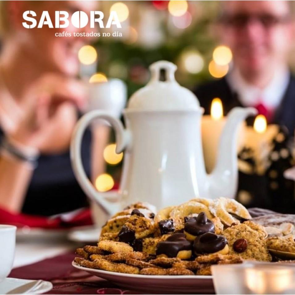 Cafetera en el centro de la mesa de Navidad