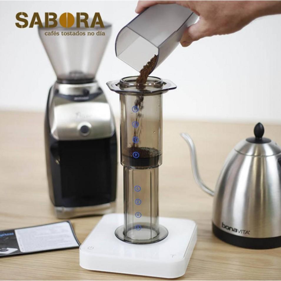 Facendo un café  na cafeteira aeropress