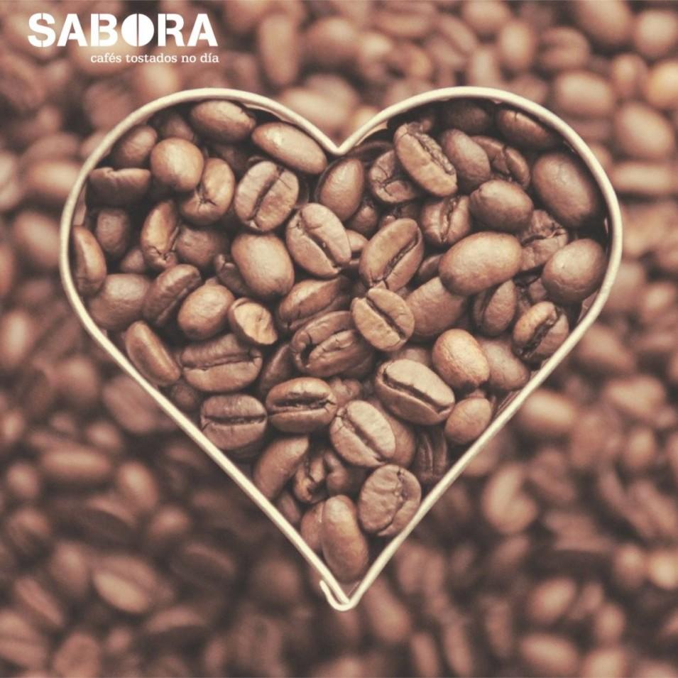 Grans de café en  molde con forma de corazón