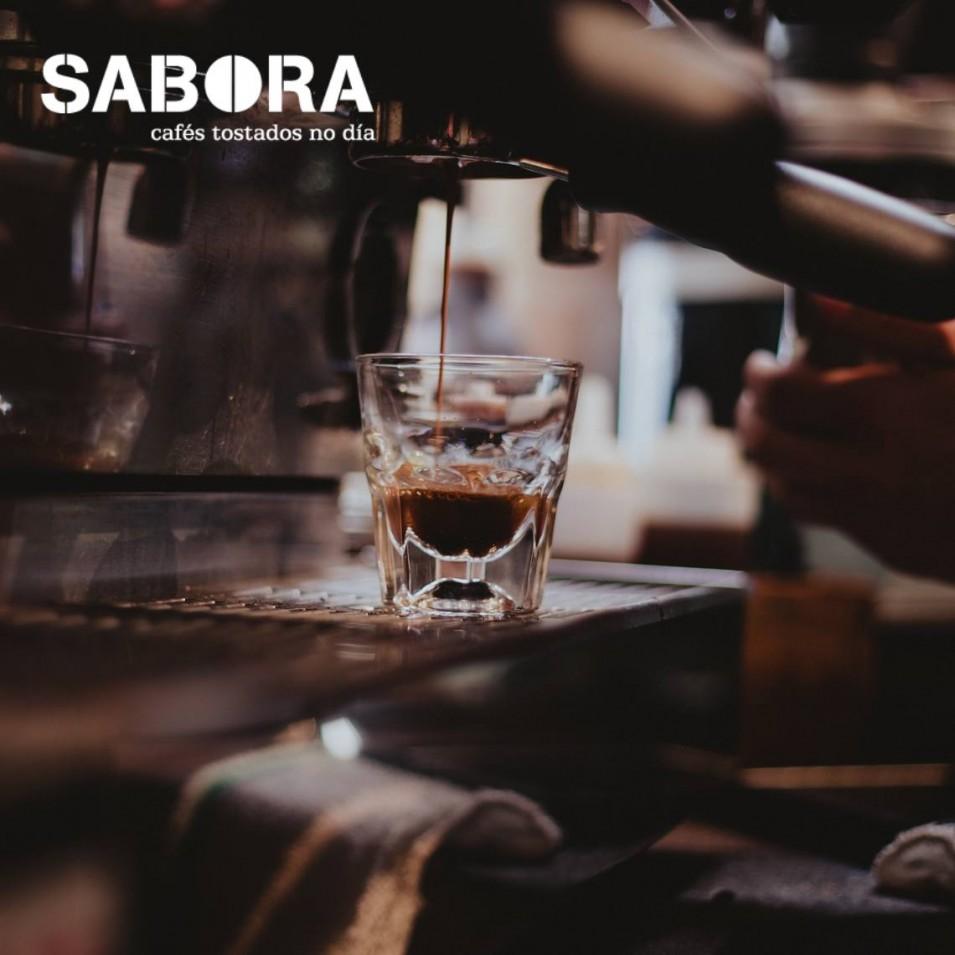 Café espresso largo añadiendo agua