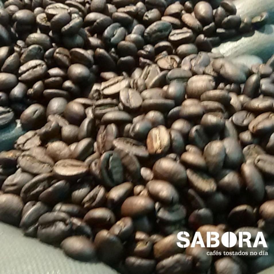 Granos de café arábica recién tostados