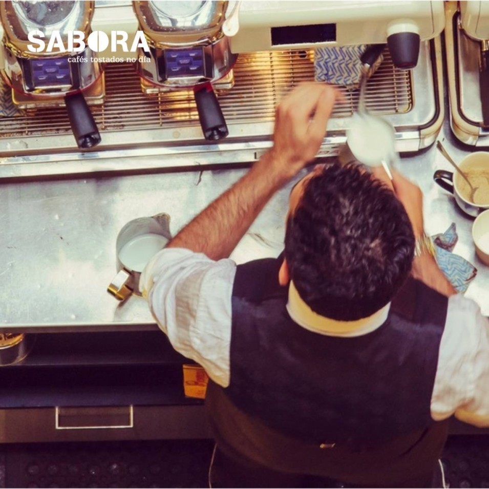 Barista facendo café en máquina expreso