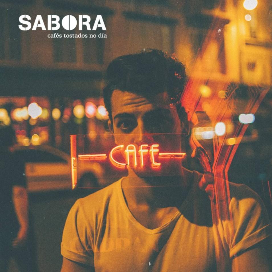 Hombre mirando cristalera de cafetería