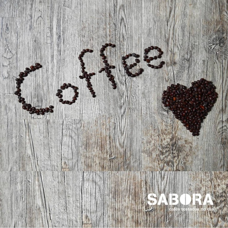 La palabra coffee y un corazón.