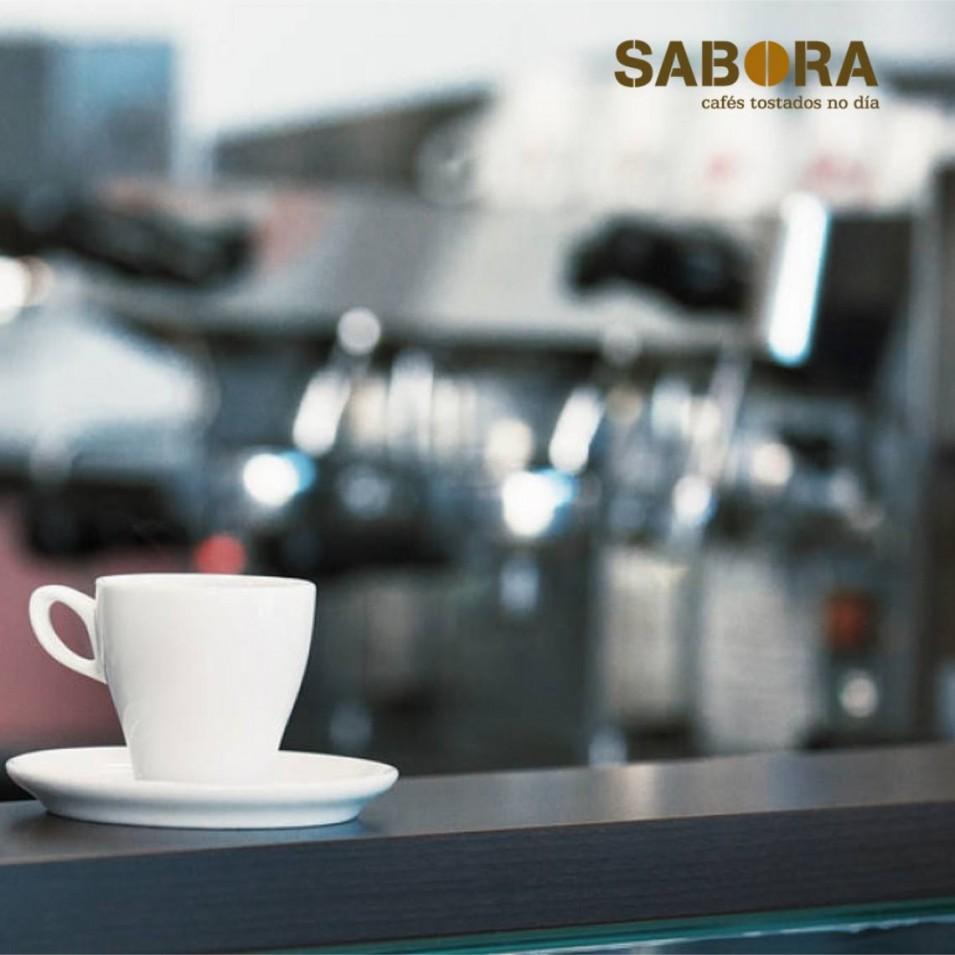 Café recién servido en la barra de un local de hostelería.
