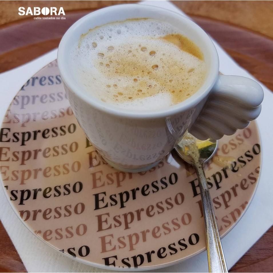 Un café macchiato en taza