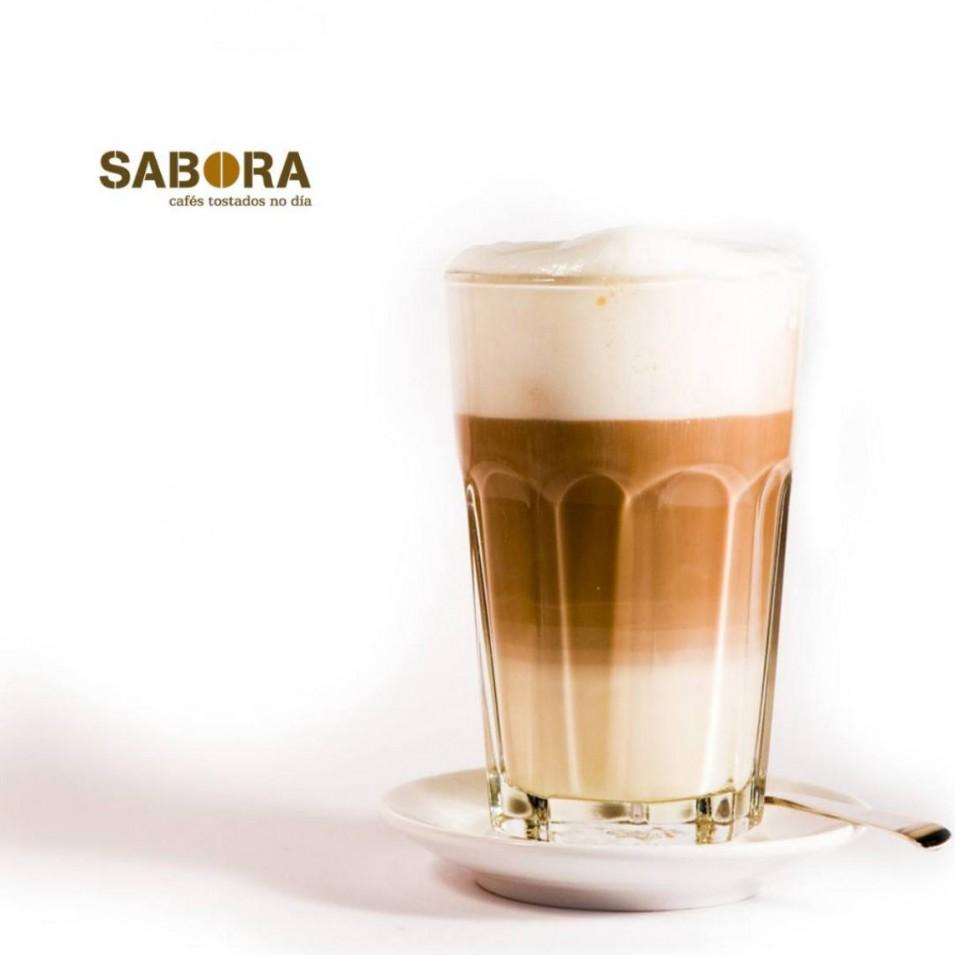 Café manchado servido en vaso de cristal