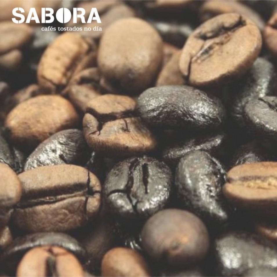 Granos de café natural y café torrefacto