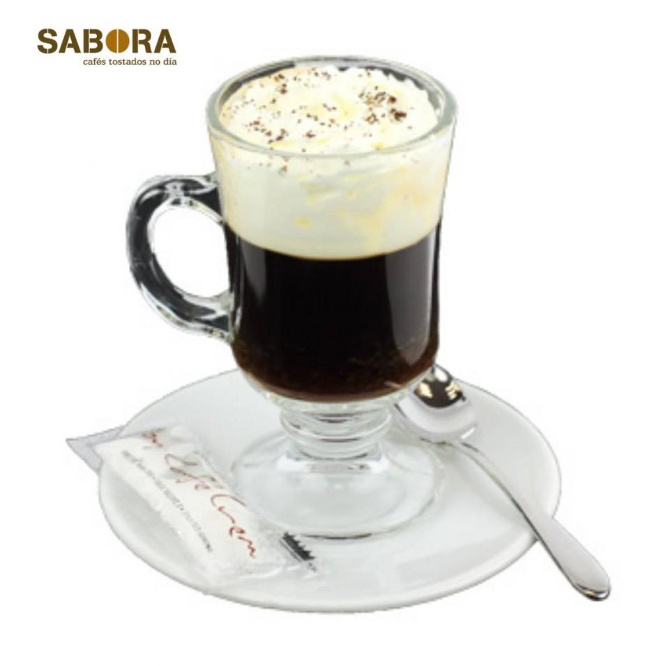 Café vienés en taza de cristal