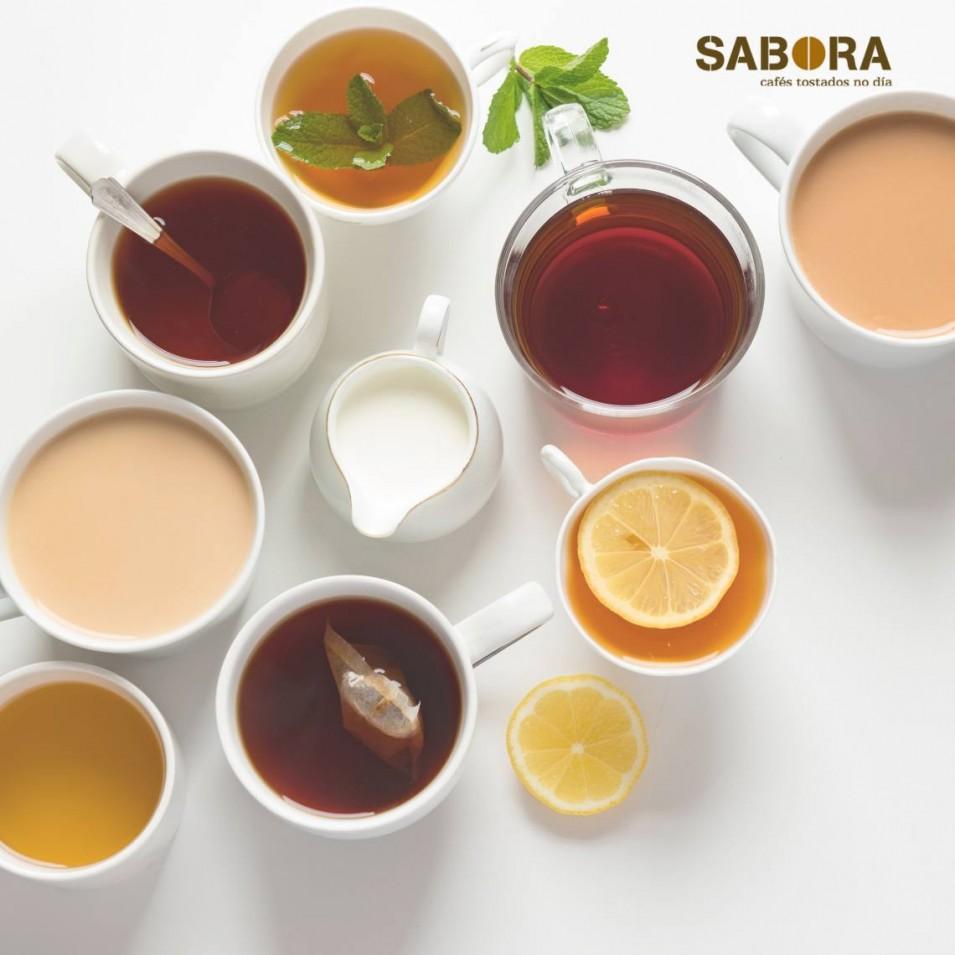 Diferentes tipos de té en tazas.