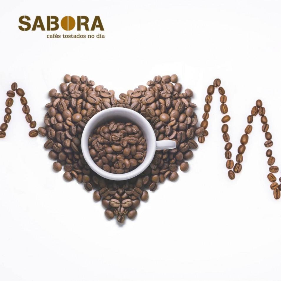 Granos de café formando un corazón