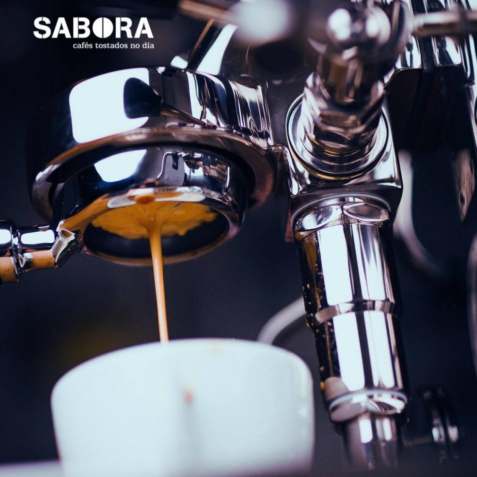 Espresso feito con portafiltro naked
