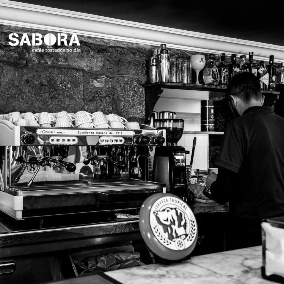 Máquina de café expreso en local de hostelería.