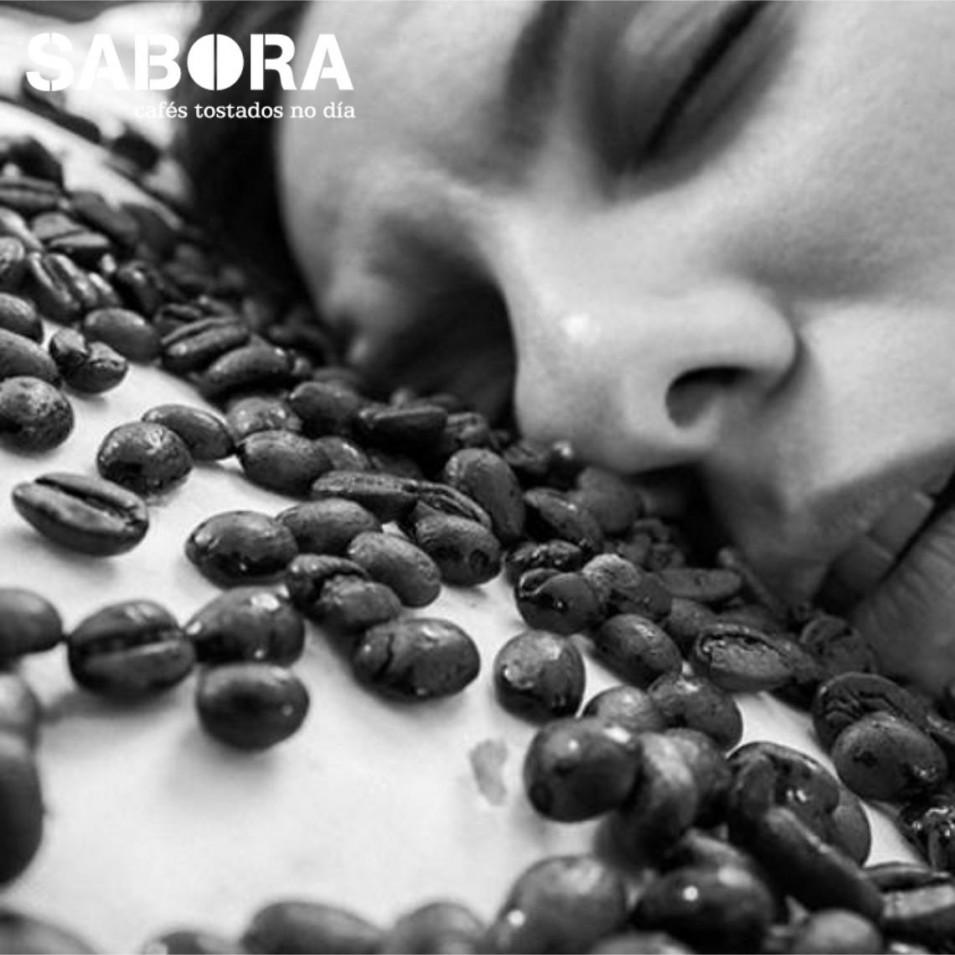 Mujer duerme sobre granos de descafeinado