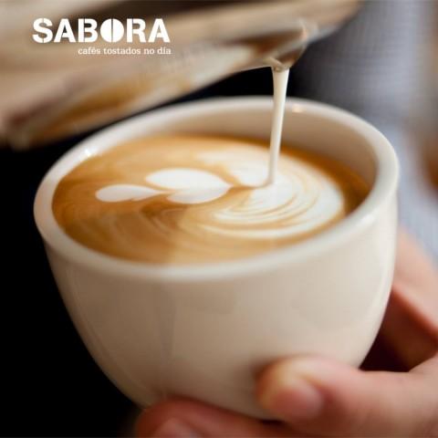 Vertiendo leche en un café latte