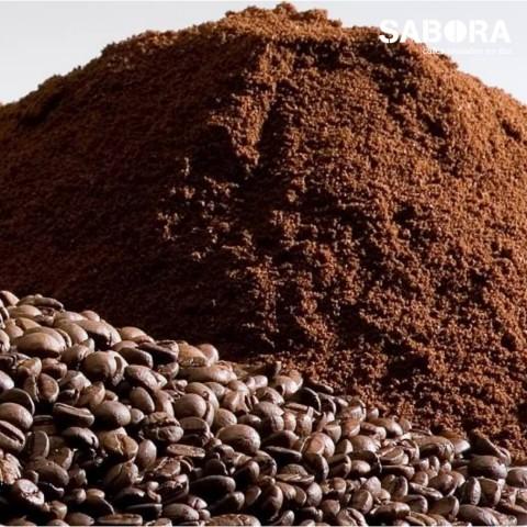 Pequeños montones de café molido y café en grano