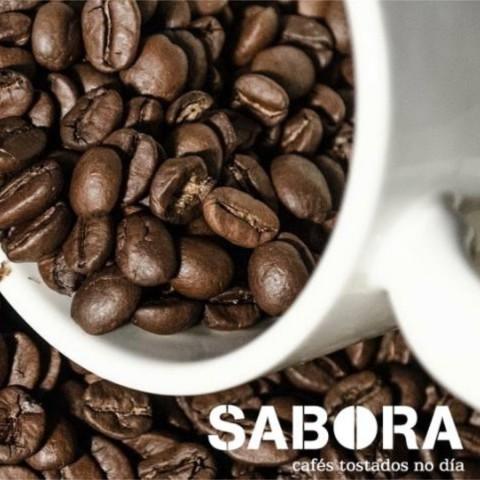 Descafeinados en grano y taza de café expreso