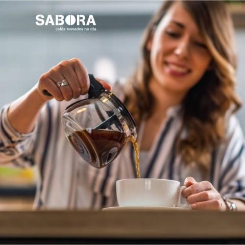 Moza servíndose un café americano de filtro