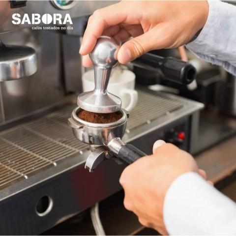 Presando café para hacer un café expreso