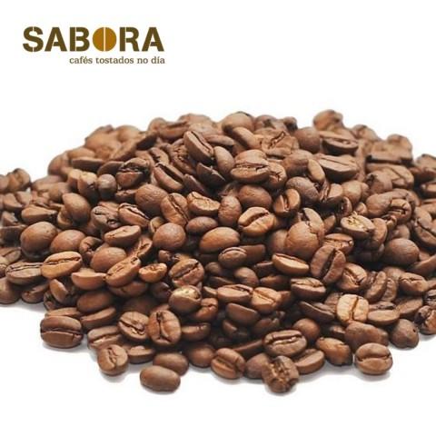 Grans de cafés arábica sobre fondo blanco