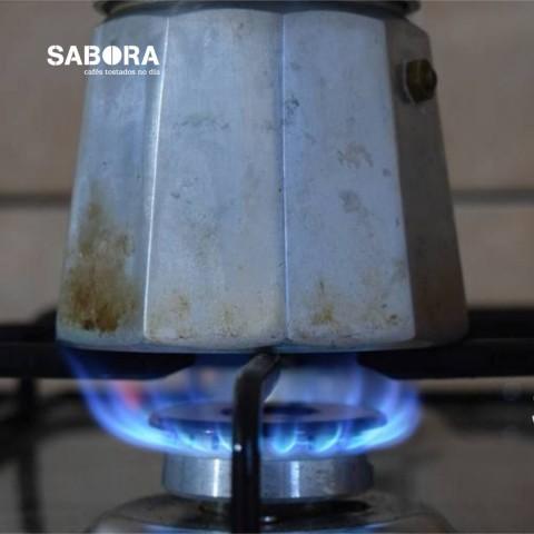 Cafetera italiana al fuego