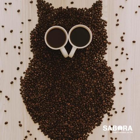 Granos de café y tazas formando un buho