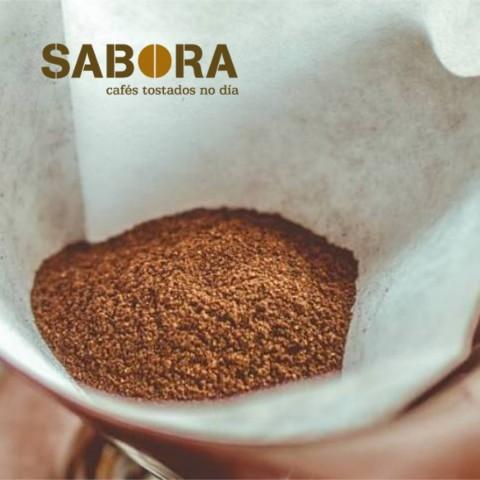 Moenda de café  nunha cafeteira de filtro