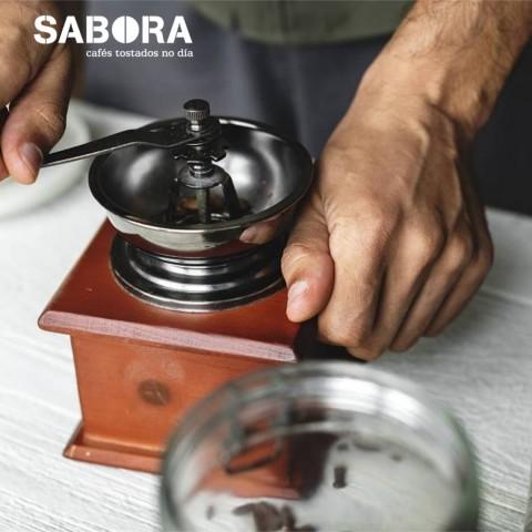 Moliendo café para hacer un  café de pota.