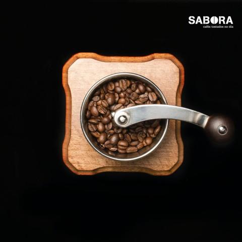 Moendo café manualmente