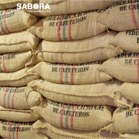 Sacos de café de colombia apilados