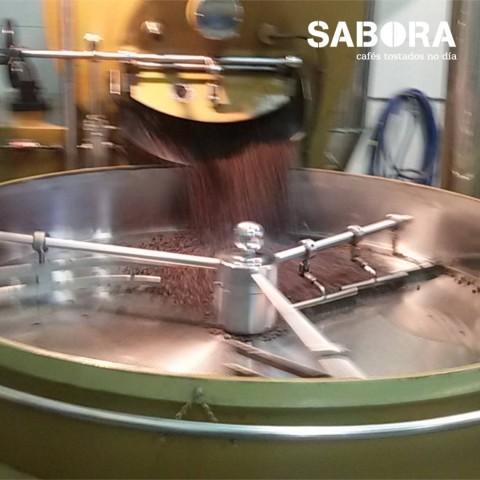 Tostando café artesanalmente en Cafés Sabora