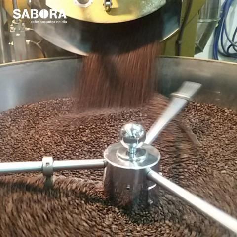 Tostando café en las instalaciones de cafés Sabora.