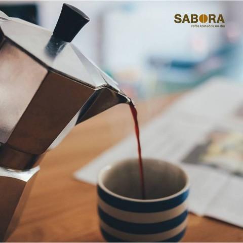 Sirviendo un buen café en cafetera italiana