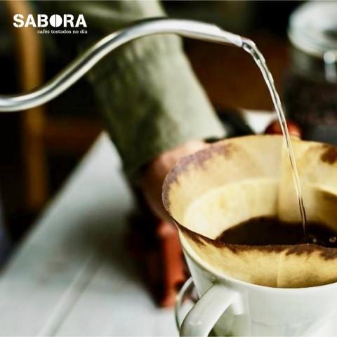 Echando agua en un cono para un café de filtro